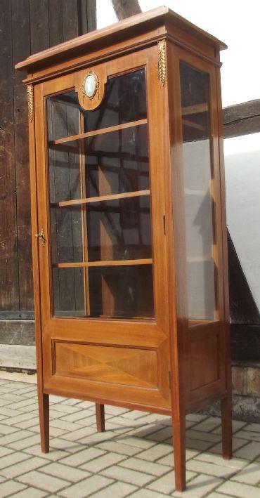 3 seiten vitrine mit medaillon wedgwood mahagoni. Black Bedroom Furniture Sets. Home Design Ideas